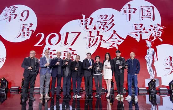 图1:卡地亚中国区首席执行官李汉龙先生与中国电影导演协会的导演们一同上台祝酒:王小帅、章明、张建亚、杨凤良、尹力、李汉龙、李少红、赵薇、陆川、程耳(从左到右)